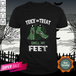 Nice Zombie Trick Or Treat Smell My Feet Halloween Shirt